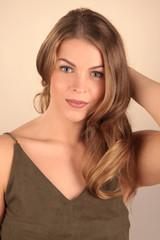 Schöne Frau mit langen welligen Haaren