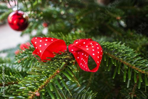 rote schleife am weihnachtsbaum stockfotos und. Black Bedroom Furniture Sets. Home Design Ideas