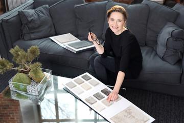 Fototapeta Dekorowanie wnętrz, zakupy dywanu. Kobieta wybiera wykładziną dywanową do salonu obraz