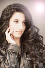 ritratto giovane ragazza con capelli neri