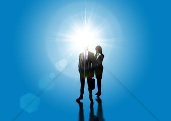 光を背に受ける実業家とその秘書のシルエット