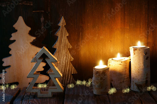 weihnachten weihnachtsdekoration aus holz tannenb ume kerzen stimmungsvoll copy space. Black Bedroom Furniture Sets. Home Design Ideas