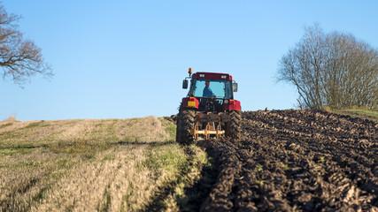 tracteur qui laboure le champ en automne