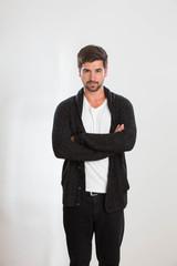 Ein junger Mann posiert im Studio