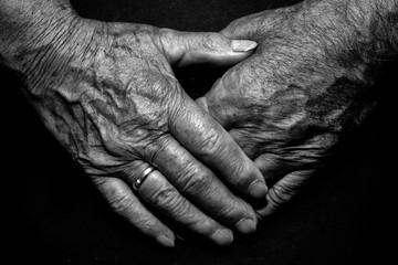 Hände Oma und Opa Liebe schwarz weiß