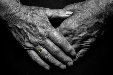 Hände Oma und Opa Liebe Ring gold