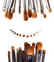 Collection de pinceaux de maquillage professionnels sur fond blanc avec dégradé de gouttes de fond de teint