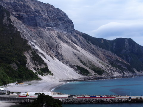 多幸湾 天上山と三浦漁港(神津島)