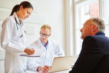 Ärzte und Patient in der Sprechstunde