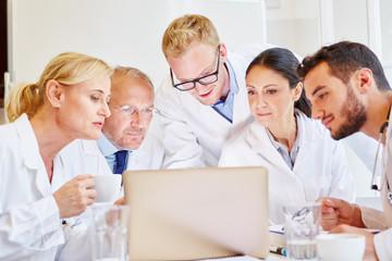 Ärzte schauen auf Tablet Computer