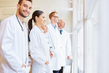 Klinik Team mit Ärzten