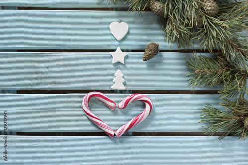 Decoraci n navide a realizada a mano coraz n con bastones de caramelo y peque os adornos - Decoracion con caramelo ...
