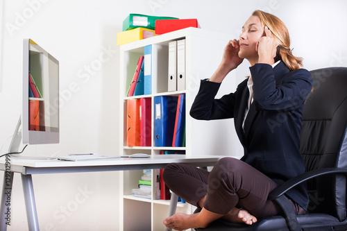 Femme assise en tailleur qui se d tend au bureau photo for Bureau qui se referme