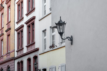 alte Laterne an Hauswand