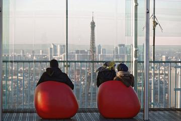 Tourisme sur la terrasse au sommet de la Tour Montparnasse à Paris