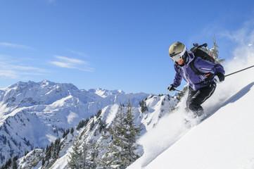 Tiefschneefahren in verschneiter Natur