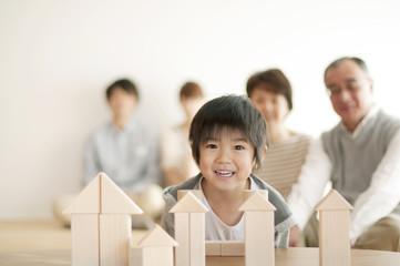 積み木で遊ぶ男の子と家族