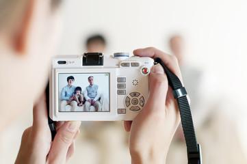 家族の写真を撮る母親の手元