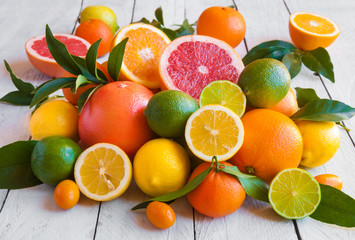 Zelfklevend Fotobehang Vruchten Various citrus fruits (orange, grapeftuit, lemon, mandarine, lime)