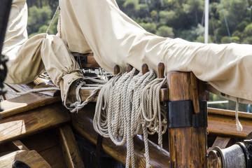 Cagliari: dettaglio di una barca a vela ancorata nel porto turistico di Marina Piccola - Sardegna