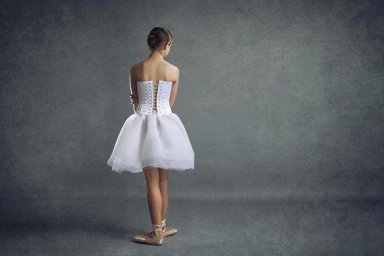 jeune fille ballerine de danse classique en tutu et pointes