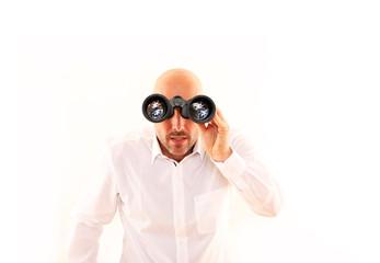 Geschäftsmann sucht mit Fernglas