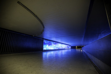 Blau illuminierte Unterführung in Wiesbaden am Bahnhof