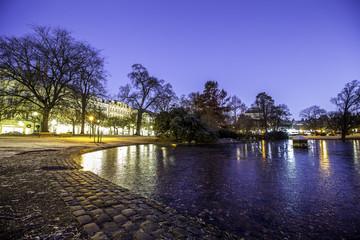 Kurpark am Theater in Wiesbaden an einem frühen Wintermorgen