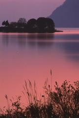 夕暮れの湖畔