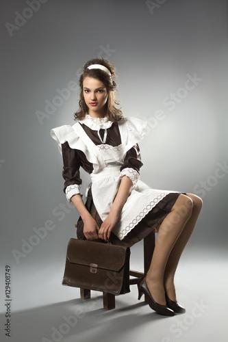 Выпускница в школьном платье