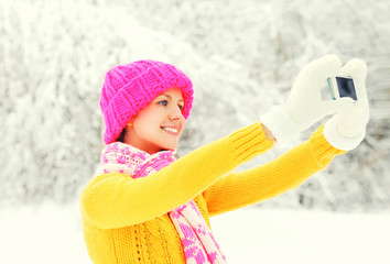 Fashion winter happy smiling young woman taking picture self por