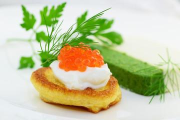 Recess Fitting Appetizer Blinis mit Kaviar und Sauerrahm