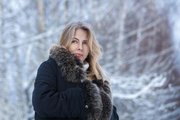 Портрет блондинки в зимнем лесу