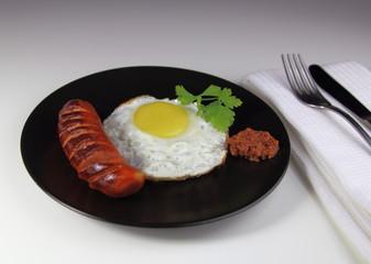 яичница с колбаской гриль,зеленью и соусом