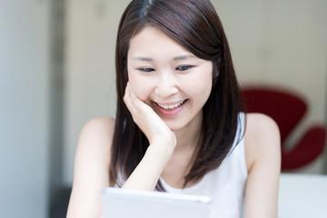 タブレットPCを使う女性