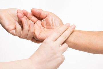 老人の脈をはかる女性の手