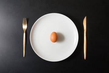 uovo isolato su piatto in fondo scuro
