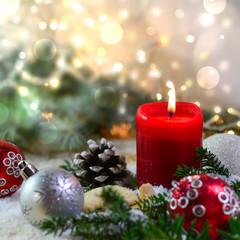 Eine rote Kerze und weihnachtliche Deko