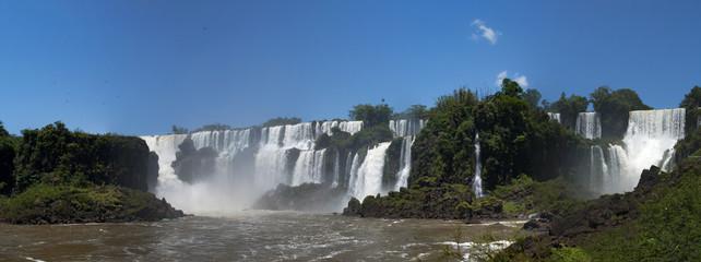 Iguazu, 13/11/2010: vista panoramica delle spettacolari Cascate di Iguazu, generate dal fiume Iguazu al confine tra la provincia argentina di Misiones e lo Stato brasiliano del Paraná