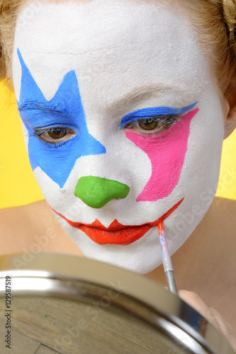 Clown karneval fasching oder fastnacht beim schminken stockfotos und lizenzfreie bilder auf - Clown schminken bilder ...