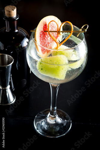 Gin tonic drink cocktail fancy glass black background - Cocktail dekoration ...