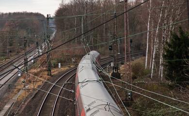 Fahrender Zug in einer Kurve