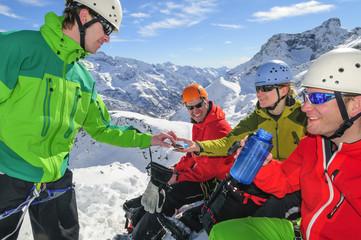 Energiespeicher auffüllen bei einer Rast während der Bergtour