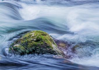 Bach mit fliessendem, klarem Wasser