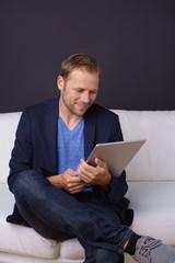 entspannter mann mit tablet