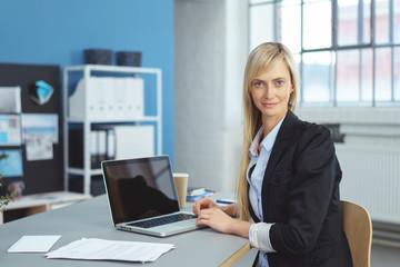 mitarbeiterin einem modernen büro