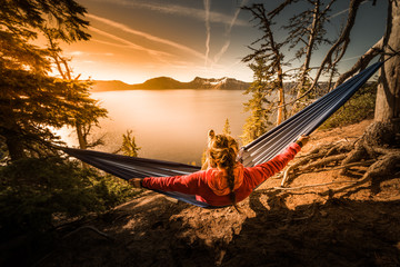 Poster Ontspanning Women Relaxing in Hammock Crater Lake Oregon