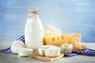 Poster Produit laitier Fresh dairy products and napkin on table and light background