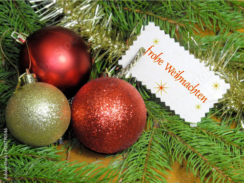 christbaumkugeln rot gold mit textetikett frohe weihnachten stockfotos und lizenzfreie. Black Bedroom Furniture Sets. Home Design Ideas