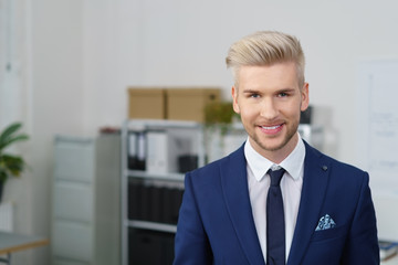 lächelnder junger geschäftsmann in der firma